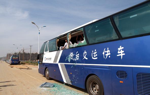 大巴车行驶至g15高速公路烟台至青岛方向510km+500m